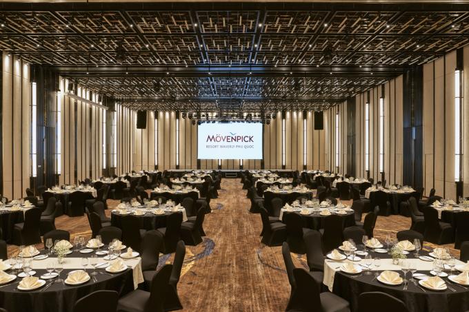 Phòng đại tiệc Coral Ballroom 720 mét vuông, trần cao 7 m, thiết kế tinh xảo, nội thất sang trọng và cách âm hiện đại.