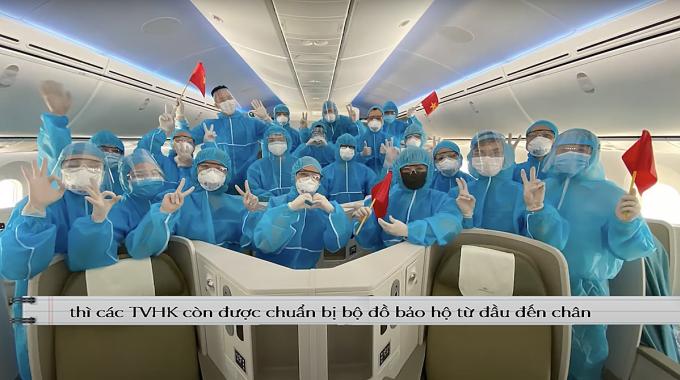 Đối với các tiếp viên thực hiện chuyến bay từ nước ngoài về, chuyến đưa hành khách Việt Nam hồi hương, nhất là trở về từ tâm dịch, họ phải mặc trang phục bảo hộ kín mít. Ảnh: NVCC.