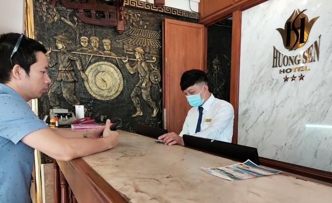 Khách sạn Hương Sen đang có chương trình giảm giá phòng ở từ 800.000 đến 1,2 triệu đồng/đêm/người; 1 triệu đến 1,4 triệu đồng/đêm/người. Giá dịch vụ đã bao gồm ăn sáng. Tuy nhiên, theo nhân viên của khách sạn, lượng khách lưu trú rất thấp, chỉ khoảng 25 - 30%. Ảnh: Nguyễn Nam.