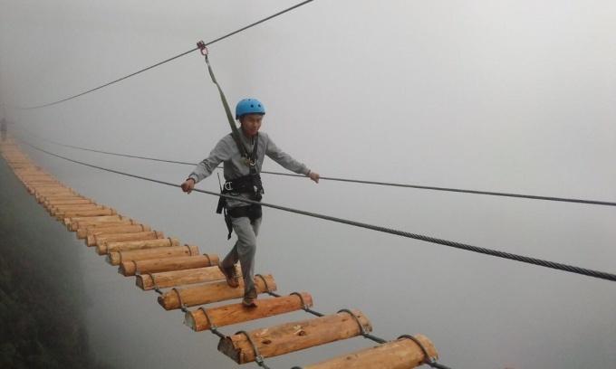 Khung cảnh sương bao trùm cây cầu răng thêm cảm giác mạo hiểm. Ảnh: Cầu kính rồng mây.