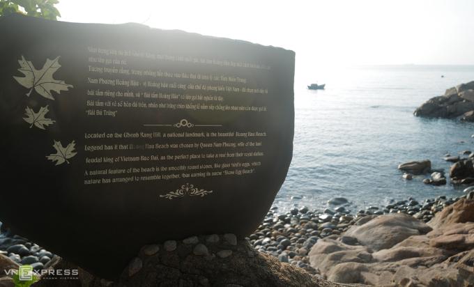 [Caption]Lối xuống bãi đặt phiến đá lớn, ghi sự tích của nơi đây. Ảnh: Ngọc Thành.