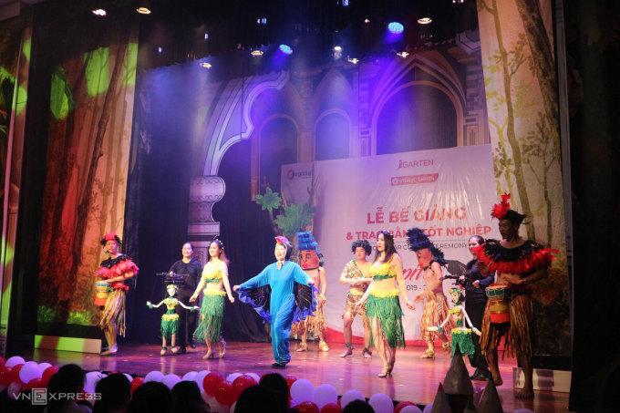 Các nghệ sĩ Nhà hát Múa rối Việt Nam biểu diễn trong lễ bế giảng của các em học sinh mầm non. Ảnh: Ngân Dương.