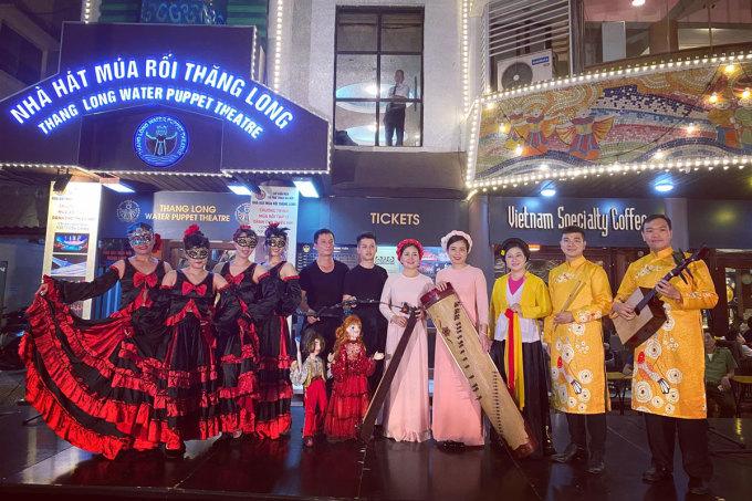 Nhà hát Múa rối Thăng Long dựng sân khấu biểu diễn rối cạn, ca nhạc dân tộc cho du khách ngay trước cửa nhà hát. Ảnh: Nhà hát Múa Rối Thăng Long.