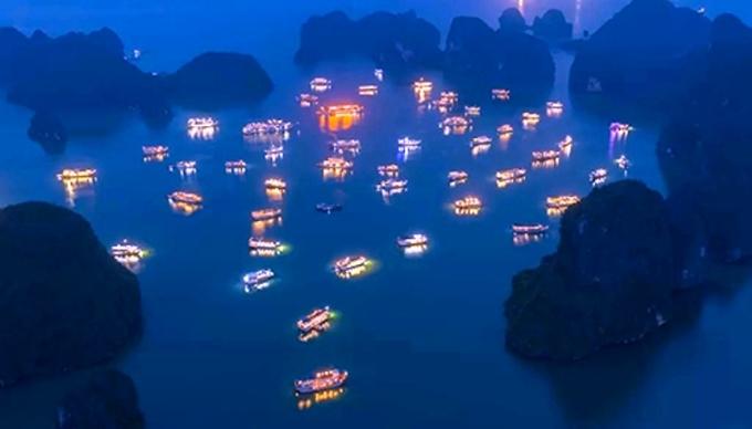 Khách nghỉ đêm trên vịnh Hạ Long được giảm 50% giá vé