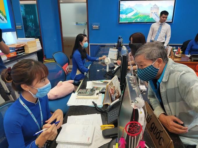 Cũng như những năm trước, mùa du lịch Hè năm nay, lượng khách tìm hiểu và đăng ký mua tour đi biển, đảo chiếm từ 70 - 80% tổng lượng khách mua tour. Ảnh: Nguyễn Nam.