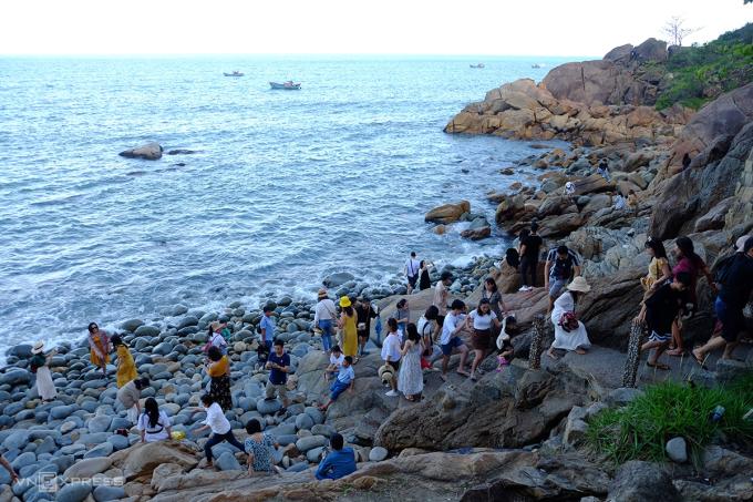 Bãi đá trứng cách thành phố Quy Nhơn 3 km về phía đông nam, thu hút khách đến ngắm cảnh, check-in. Ảnh: Hương Chi.