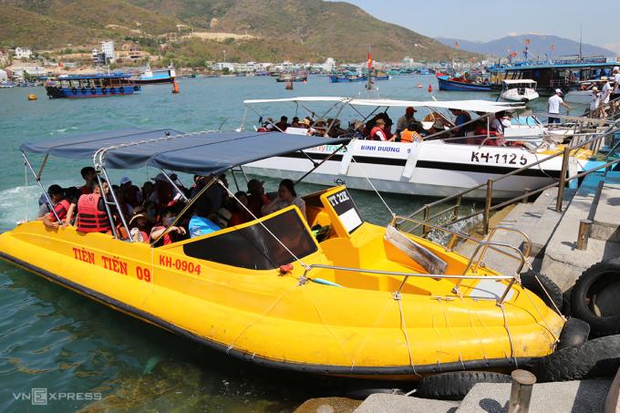 Theo thống kê Sở Du lịch Nha Trang, trong tháng 6, địa phương này đón khoảng 41.500 lượt khách. Trong đó, 40.000 là khách nội địa, còn lại quốc tế. Số khách đến tăng 4.500 lượt so với hồi tháng 5. Ảnh: Xuân Ngọc.