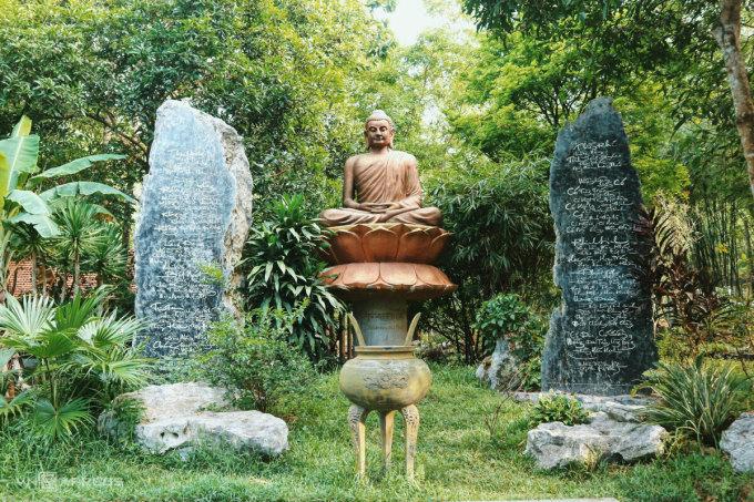 Khuôn viên chùa Huyền Không Sơn Thượng có nhiều tượng Phật và các bức thư pháp được khắc lên đá. Ảnh: Ngân Dương.