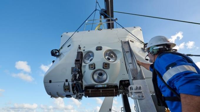 Kathy cùng Victor lái tàu DSV Limiting Facter 11,5 tấn, phương tiện duy nhất trên thế giới được chứng nhận có thể lặn liên tục đến bất kỳ độ sâu nào trong các đại dương trên thế giới. Ảnh: Reeve Jolliffe/EYOS Expeditions.
