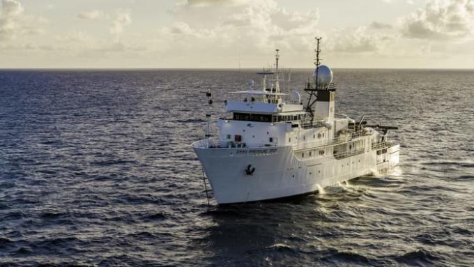 Tàu mẹ DSSV Pressure Drop phục vụ hành trình thám hiểm. Ảnh: EYOS Expeditions & Caladan Oceanic
