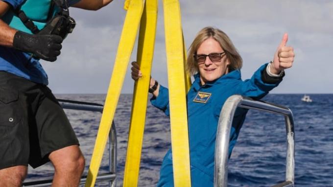 Cựu phi hành gia NASA Kathy Sullivan là người đầu tiên trên thế giới đến cả nơi sâu nhất trên Trái Đất và bay ra ngoài không gian. Ảnh: Enrique Alvarez/EYOS Expeditions.