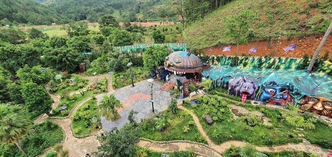 Hình ảnh các công trình trong khu du lịch Quỷ Núi khiến cư dân mạng dậy sóng. Ảnh: Khánh Hương