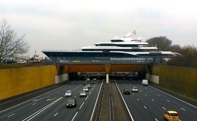 Symphony, một du thuyền dài hơn 102 m, trên đường từ Kaag đến Rotterdam băng qua cầu dẫn nước Gouwe. Ảnh: Dutch Yatching.