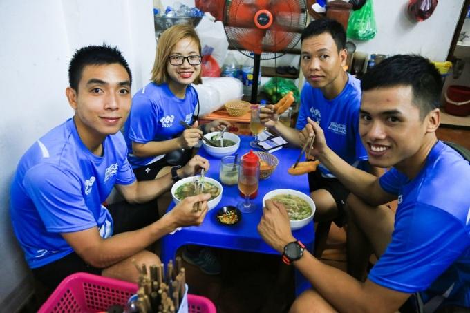 Nguyễn Mạnh Trung (ngoài cùng bên trái), cùng nhóm bạn tập ăn đêm tại phở Huy.