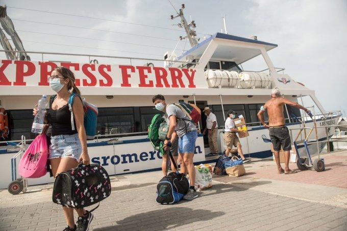 Các du khách Canada đang đi phà đến La Graciosa, Tây Ban Nha. Ảnh: Javier Fuentes/EPA.