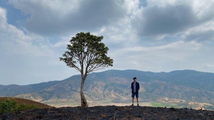 Trước chuyến đi, Hưng đọc một số bài viết về địa điểm du lịch Pleiku, sau đó liệt kê địa điểm phù hợp và thấy hứng thú nhất để đi. Để tiết kiệm thời gian, Hưng thường ghi lại địa chỉ cụ thể, phương tiện di chuyển và những lưu ý khi đến những địa điểm đó. Trong ảnh, Hưng đang đứng ở núi lửa Chư Đăng Ya.