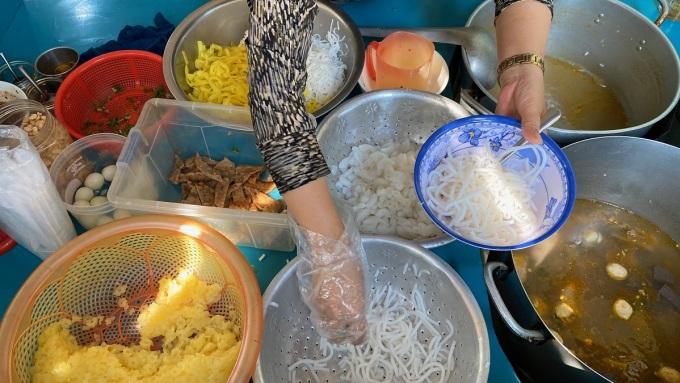 Món bánh canh ở Pleiku cũng làm Hưng nhớ nhung khi về Hà Nội. Sợi bánh to, mềm và dai, ăn kèm trứng cút, chả cá, nước lèo đậm đà. Theo Hưng, nếu muốn thưởng thức các món ngon mà rẻ, khách du lịch nên dến chợ Pleiku, vừa thuận tiện cho trải nghiệm ăn uống và di chuyển dễ dàng.