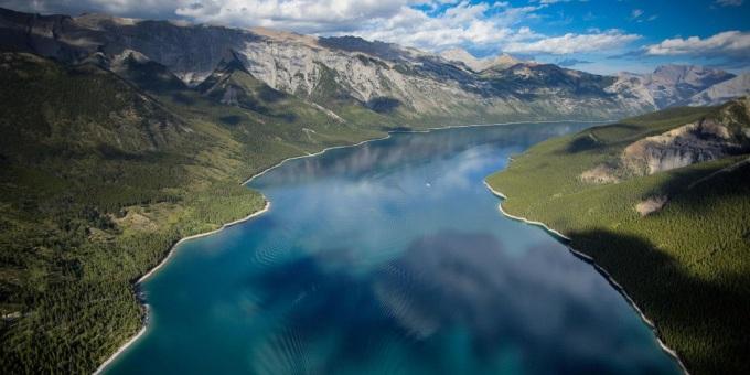 Hồ Minnewanka tọa lạc ở vùng phía đông vườn quốc gia Banff, cách thị trấn Banff khoảng 5 km. Hồ dài 21 km và sâu khoảng 142 m. Ảnh: Paul Zizka Photography/Banff & Lake Louise Tourism.
