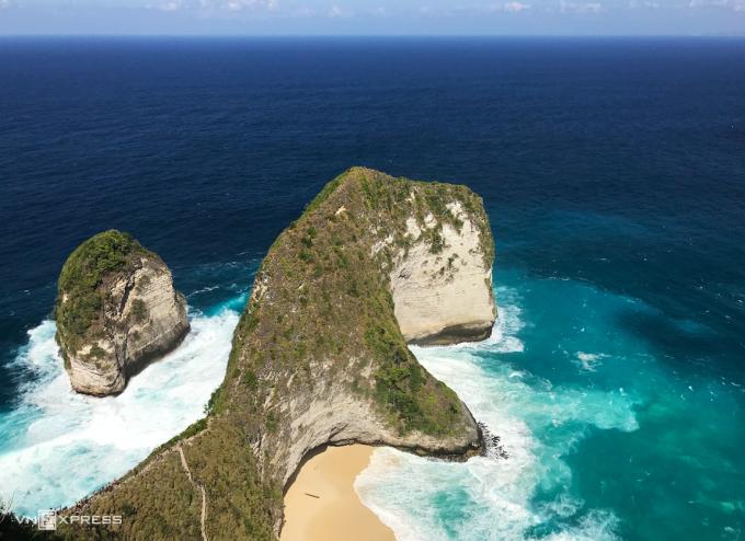 Bãi biển Kelingking với mỏm đá hình khủng long T-Rex vươn ra biển là một trong những điểm check-in không thể bỏ qua tại Bali.