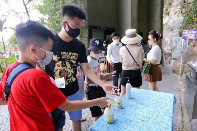Tối 25/7, Sở Du lịch thành phố Đà Nẵng yêu cầu các cơ sở lưu trú và điểm du lịch phải đo thân nhiệt cho khách trước khi check-in, hạn chế những sự kiện tập trung đông người. Ảnh: Nguyễn Đông.