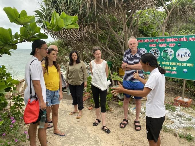 Hướng dẫn viên Hương Phạm (ngoài cùng bên phải) đang giải thích về tour xem rùa đẻ trứng. Ảnh: Patrick Scott.