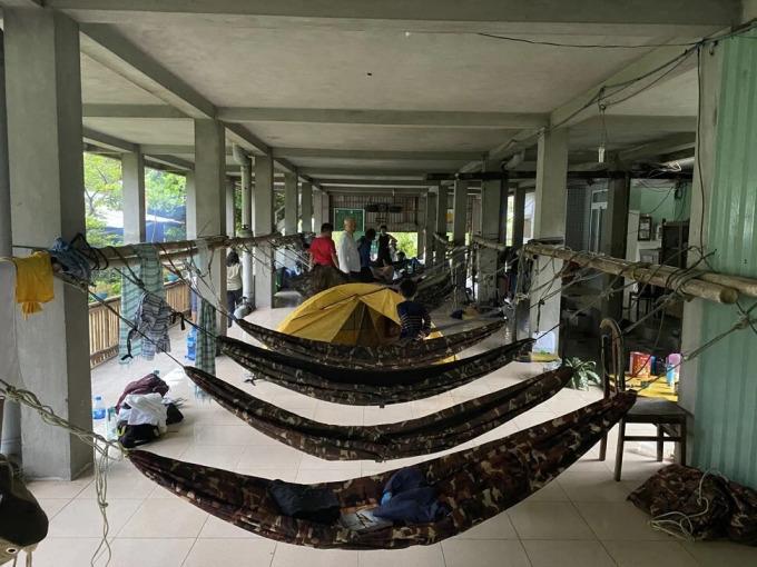 Lều võng cho khách nghỉ qua đêm chờ rùa đẻ ở một trạm quan sát trên hòn Bảy Cạnh. Ảnh: Patrick Scott.