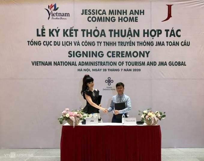 Người mẫu Jessica Minh Anh và ông Vũ Nam, Phó Vụ trưởng Vụ Thị trường Du lịch ký kết thoả thuận hợp tác quảng bá du lịch.