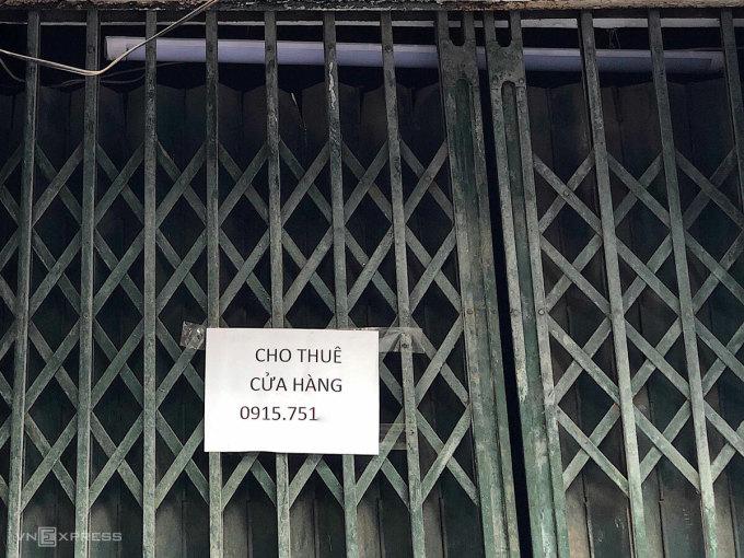 Cửa hàng trên phố Hàng Bạc dán thông báo cho thuê. Ảnh: Ngân Dương.