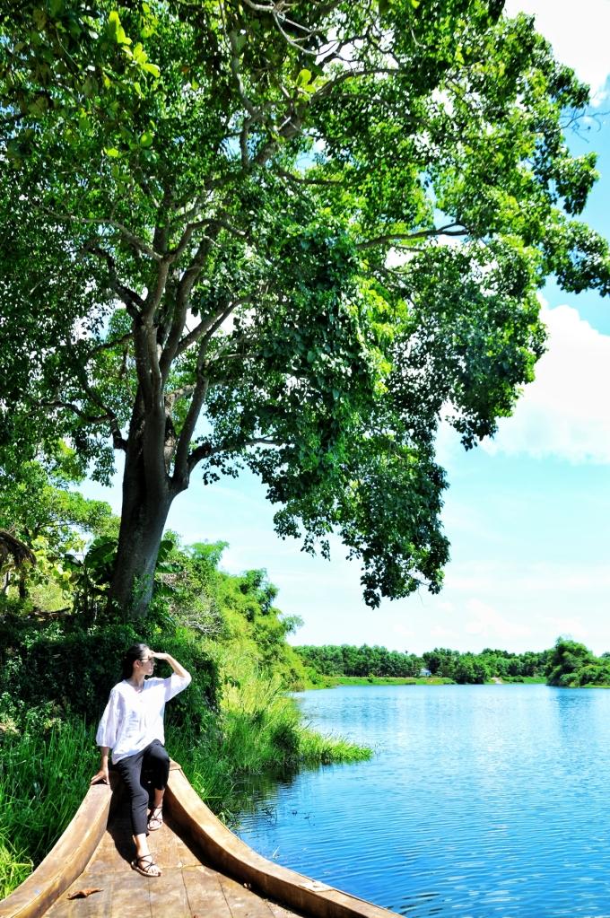 Đi thuyền trên sông Ô Lâu hay thả đèn hoa đăng...