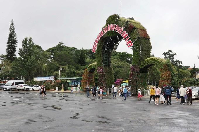 Vườn hoa TP Đà Lạt, điểm tham quan nổi tiếng lác đác vài nhóm du khách tham quan trong sáng 1/8. Ảnh: Khánh Hương.