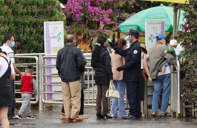 Nhiều điểm tham quan ở Đà Lạt áp dụng trở lại việc kiểm tra thân nhiệt đối với du khách. Ảnh chụp sáng 1/8. Ảnh: Khánh Hương.