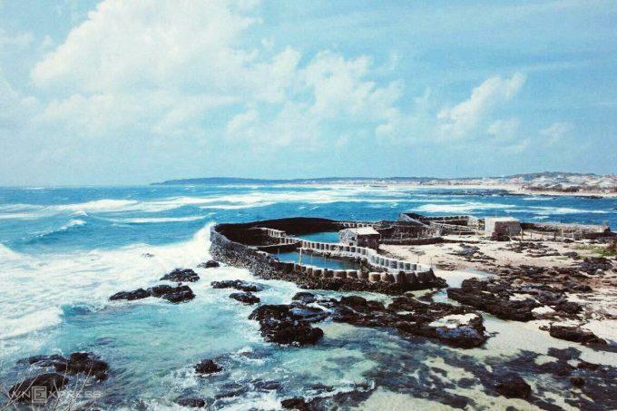 Hồ nuôi tôm, cá của người dân trên đảo được thiết kế để sóng biển đánh dạt các loài sinh vật biển và nước vào hồ, mà cá tôm bên trong không bị trôi ra. Ảnh: Tâm Linh.