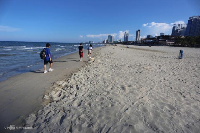 Bãi biển Mỹ Khê chiều 25 và 26/7. Du khách nhanh chóng rút đi, chỉ còn vài người đi dạo hay tập thể dục. Ảnh: Đắc Thành.