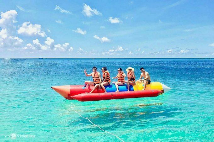 Du lịch biển đảo Phú Quý hiện có nhiều dịch vụ vui chơi trên biển như tour câu cá, cano kéo phao, lướt sóng... Ảnh:Tính Phú Quý.
