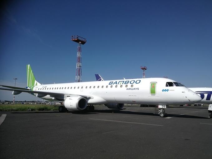 Hình ảnh tàu bay Embraer E195 với sức chưa từ 90 -110 khách, được Bamboo Airways thuê ướt để khai thác chặng bay Côn Đảo. Ảnh: Bùi Thanh.