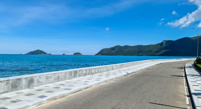 Đường bờ biển trước trung tâm đảo\