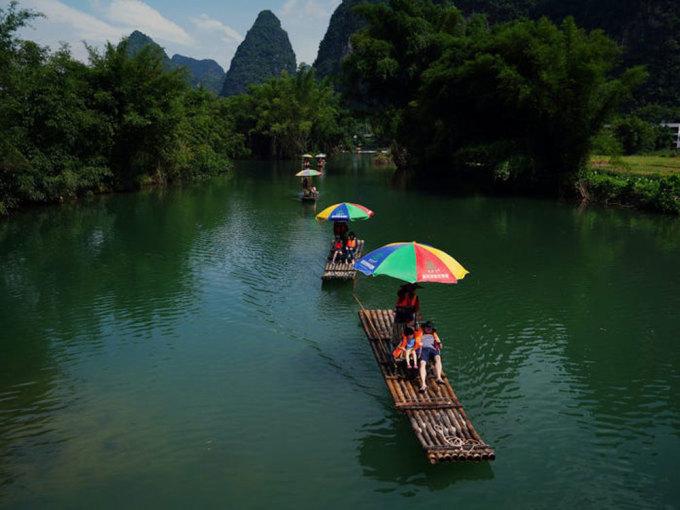Khách du lịch vãn cảnh trên sông Yulong, khu tự trị dân tộc Choang, Quảng Tây, Trung Quốc, vào ngày 17/7. Ảnh: Thomas Suen Reuters.