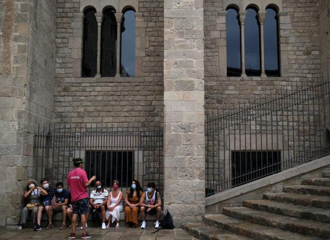 Là một trong những nước có tỷ lệ tử vong vì Covid-19 cao nhất ở châu Âu, Tây Ban Nha đã đón khách du lịch vào cuối tháng 6. Trên ảnh, hướng dẫn viên đang thuyết minh với du khách tại Barcelona vào ngày 27/7. Ảnh: Nacho Doce/Reuters