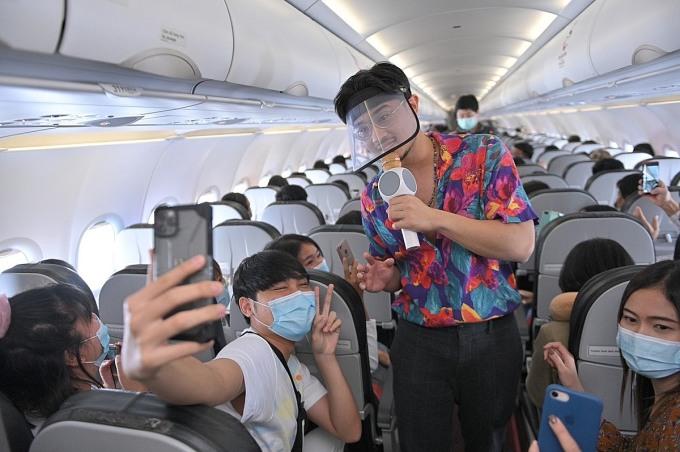 Ca sĩ Thái Lan GunGun biểu diễn khai trương đường bay mới của Thai Vietjet.