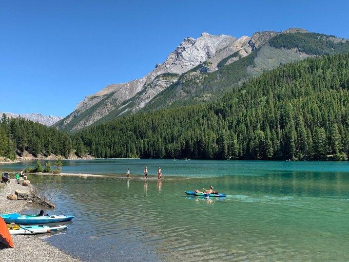 Hồ Two Jack  nằm trong vườn quốc gia Banff, Alberta là điểm du lịch yêu thích của người Mỹ mỗi năm. Năm nay, vì đại dịch, họ là những người không được người dân địa phương chào đón. Ảnh: Nina Shelanski.