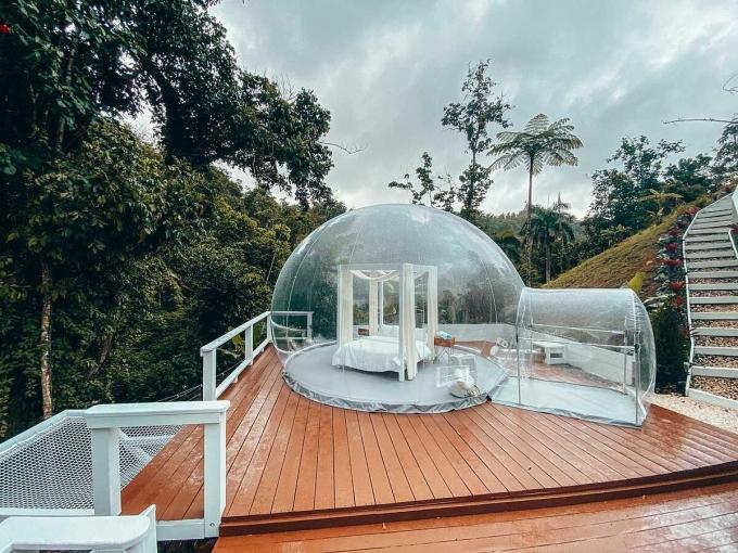 Ngôi nhà bóng và bể ngâm bên cạnh. Giá một đêm nghỉ tại đây từ 231 USD. Ảnh: Airbnb.