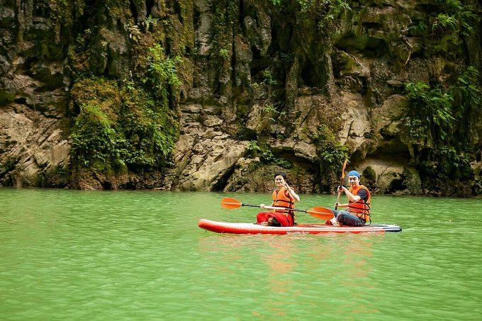 Đến Hà Giang vào tháng 8, du khách sẽ có cơ hội ngắm nhìn từng mảng khổng lồ màu xanh lá xen lẫn vàng nhẹ của các triền ruộng bậc thang. Thời điểm này lúa chưa chín vàng như độ tháng 9 - 10, vì thế chưa có đông đúc người đến tham quan, chụp ảnh. Ngoài ra, bạn có thể đi thuyền trên dòng Nho Quế xanh biếc, thưởng thức các đặc sản nóng hổi ở phố cổ Đồng Văn trong chuyến đi 3 - 4 ngàyToàn tỉnh Hà Giang từng ghi nhận 1 trường hợp mắc bệnh vào 16/4 và đã khỏi. Ảnh: Shutterstock/Big Pearl