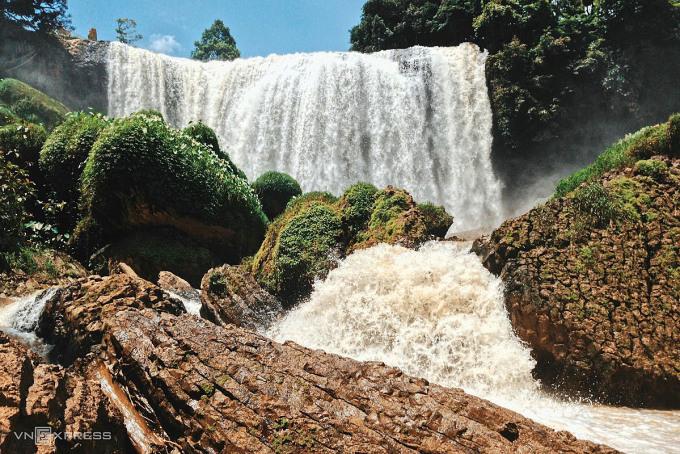 Lâm Đồng Đà Lạt và Bảo Lộc là hai điểm đến có nhiều trải nghiệm cho du khách. Du khách nên đến tham quan các thác nước đang mùa nước lớn như thác Dambri, thác Voi, thác Prenn, thác Pongour, thác Cam Ly... Ngoài ra, hãy thử săn mây ở đồi chè Cầu Đất, đỉnh Lang Biang, núi Radar, và thưởng thức những món nóng hổi ở xứ sở sương mù Tây Nguyên. Đến nay Lâm Đồng chưa phát hiện ca nào dương tính với Covid-19. Ảnh: VnExpress/Tâm Linh