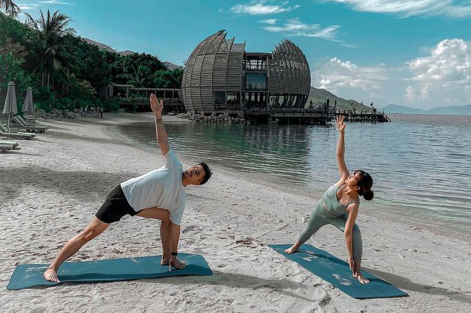 Nam blogger thường tận dụng không gian thiên nhiên ở mỗi điểm đến để vận động thân thể. Ảnh: FBNV