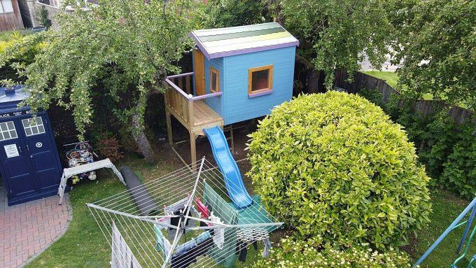 Ngôi nhà để trẻ vui chơi này bao gồm một cầu trượt, thang, cửa sập, giường tầng và wifi. Chúng cũng được thiết kế theo sở thích của những đứa con nhà Kneen. Người bố đã tốn hơn 4.500 USD để hoàn thành ngôi nhà này sau vài tuần. Ảnh: SWSN.