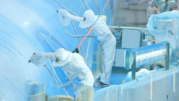 Các nhà sản xuất không ngừng cải tiến các công cụ và kỹ thuật như phun sơn lượng lớn nhưng áp suất thấp, nhằm giảm lượng sơn cần thiết để sơn một chiếc máy bay. Ảnh: Airbus
