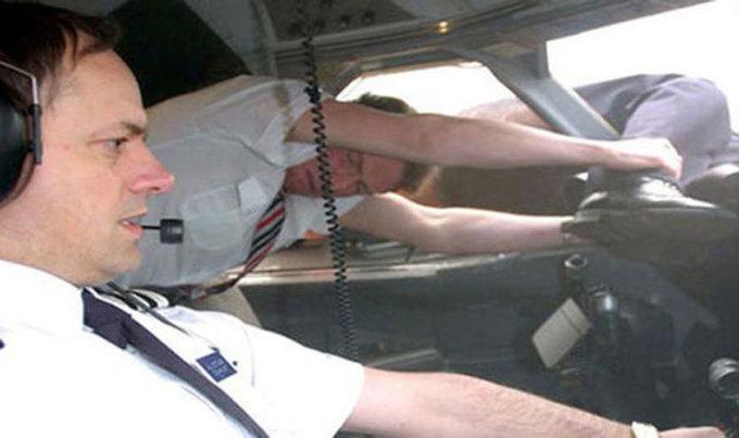 Dựng lại cảnh Lancaster bị hút khỏi máy bay và tiếp viên Odgen cố gắng giữ chặt cơ trưởng. Ảnh: NatGeo.