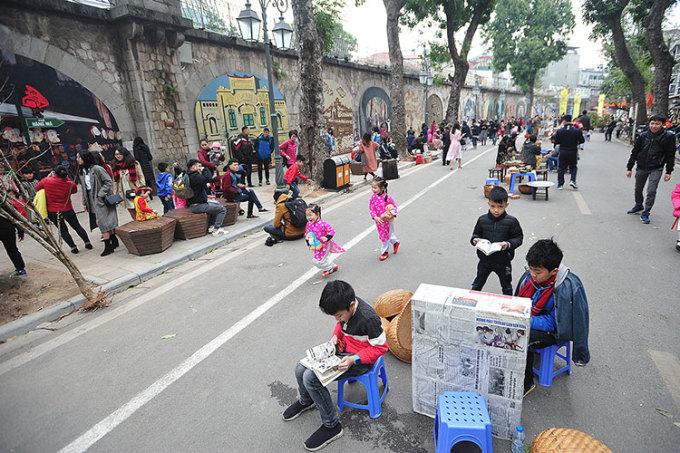 Phố bích họa Phùng Hưng hoàn thành vào đàu năm 2018, là nơicheck in của nhiều người dân thủ đô và du khách. Ảnh: Giang Huy