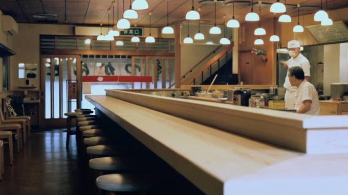 Du khách quốc tế thường chiếm nửa số chỗ trong nhà hàng Tonkatsu Tonki. Nhưng bây giờ, các ghế đó trống trơn. Ảnh: Japantimes