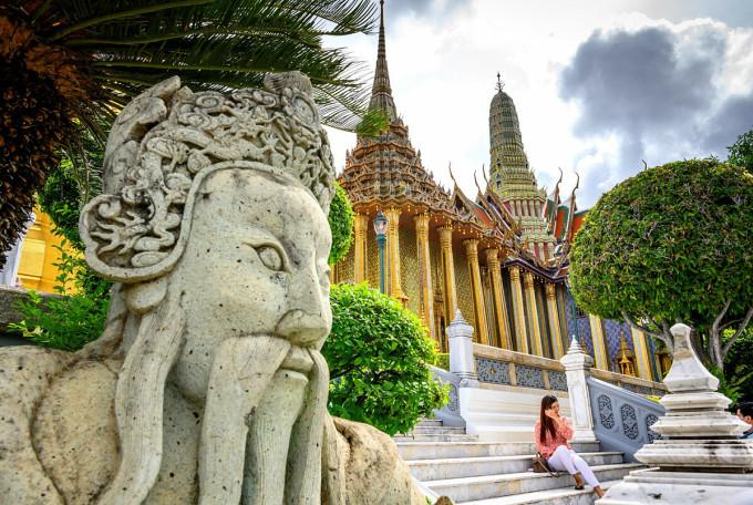 Một khách du lịch chụp ảnh bên trong Cung điện Hoàng gia ở Bangkok ngày 7/6, khi nơi đây mở cửa trở lại đón khách. Ảnh: AFP